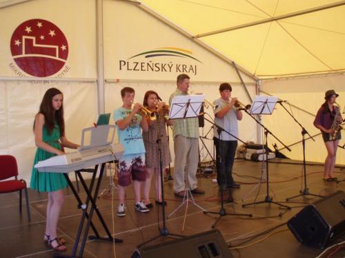 kulturní program závěrečného dne Řezbářského sympózia 7.6.2014 -hudební žesťová kapela ZUŠ Starý Plzenec